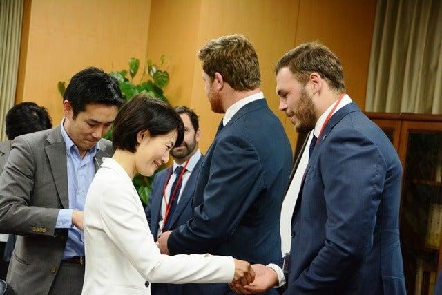 6月7日、サントリーサンゴリアスの選手たちとNSWワラターズの選手たちが、スポーツ庁の鈴木大地長官と、丸川珠代東京オリンピック・パラリンピック競技大会担当大臣をそれぞれ訪問した。撮影者:大日方航