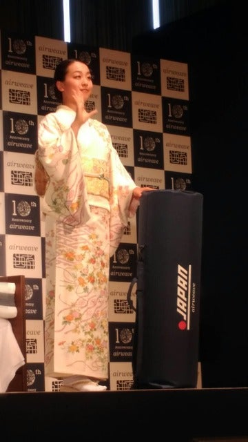 浅田真央さんが6月19日、都内で開催された「エアウィーヴ発売10周年記念パーティー」に花柄の着物姿で出席した。撮影者:大日方航