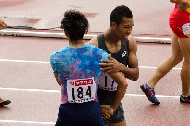 第101回日本陸上競技選手権大会、男子200m決勝を終えて握手するサニブラウン・ハキーム(右)と藤光謙司(2017年6月25日)撮影:五味渕秀行