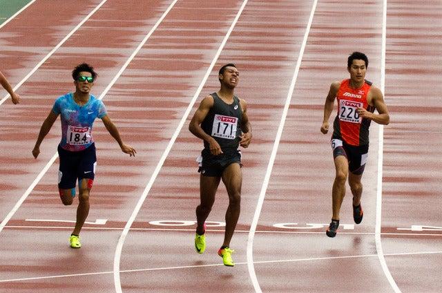 第101回日本陸上競技選手権大会、男子200m決勝。左から2位藤光謙司、1位サニブラウン・ハキーム、3位飯塚翔太(2017年6月25日)撮影:五味渕秀行