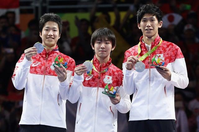 男子卓球代表が銀メダルを獲得。左から水谷隼、丹羽孝希、吉村真晴(2016年8月17日)(c) Getty Images