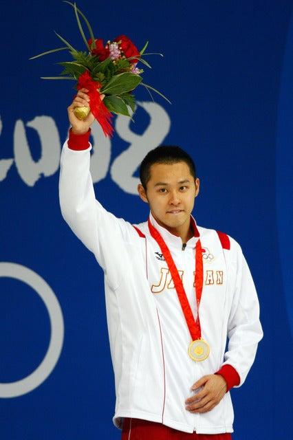 北京五輪競泳男子100m平泳ぎで金メダルを獲得て連覇を達成した北島康介(2008年08月11日)(c) Getty Images