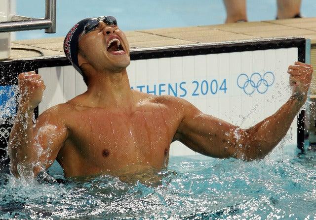 アテネ五輪競泳男子100m平泳ぎで金メダルを獲得した北島康介(2004年08月15日)(c) Getty Images