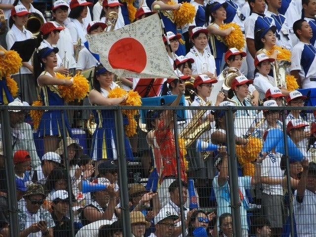 ずっと中京を応援し続けている熱いファンの旗も踊る撮影:手束仁