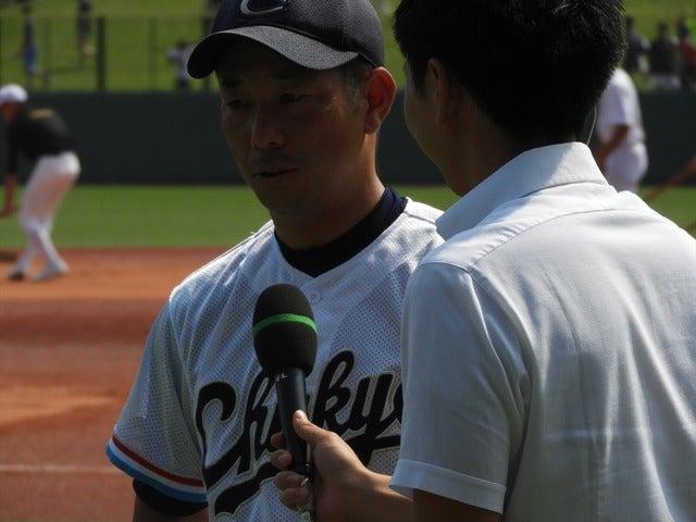 テレビのインタビューに答える高橋源一郎監督撮影:手束仁