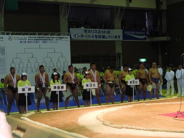 表彰式を待つ、入賞選手たち撮影:手束仁