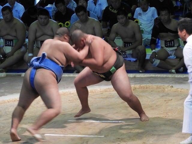 海洋・川邊君(左)と海洋・津志田君(右)の攻防撮影:手束仁