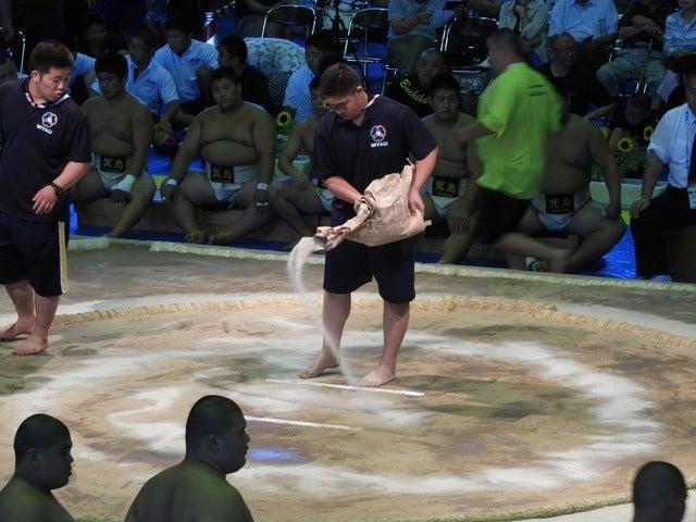 準々決勝を前に、土俵を清める撮影:手束仁