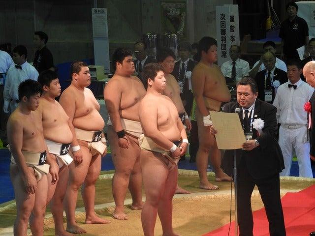 優勝した金沢学院の表彰撮影:手束仁