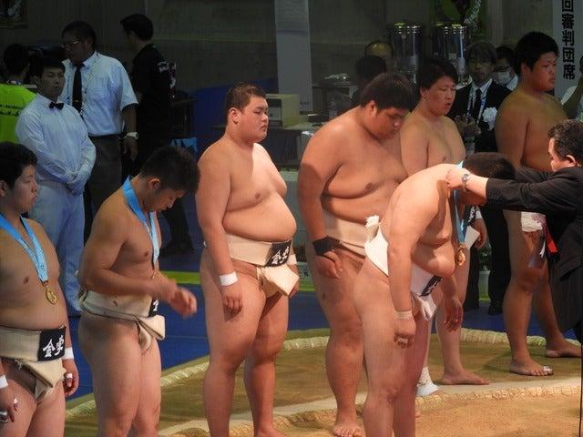 優勝した金沢学院の表彰撮影: 手束仁