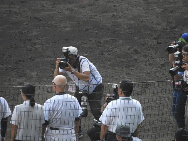 メディアは常に時の人や、ヒーローを追いかけていく。今年で引退することになった75歳の超ベテラン日本文理の大井道夫監督にもカメラが向けられるのは当然撮影:手束仁