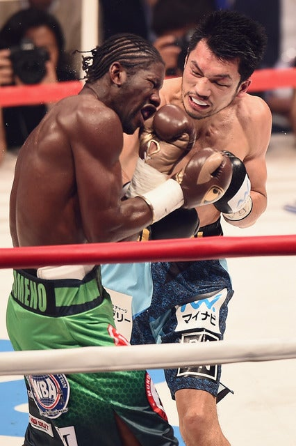 アッサン・エンダム(手前) とWBA世界ミドル級王座決定戦で戦う村田諒太(2017年5月20日)(c) Getty Images