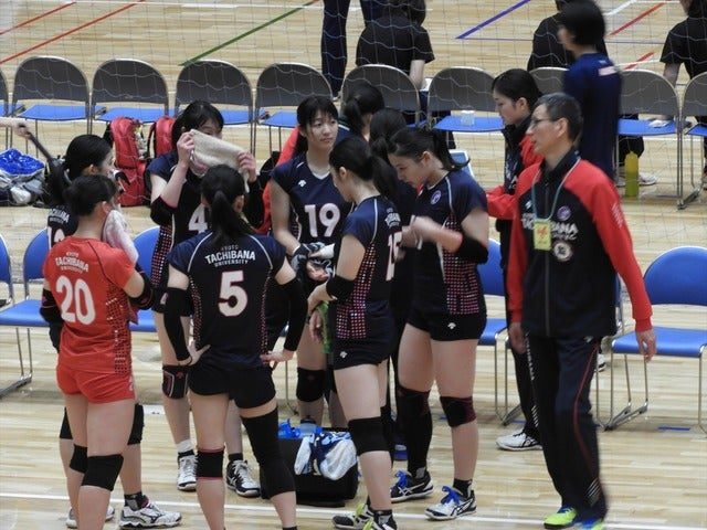 京都橘大選手たち、右端は藤田幸光監督手束仁