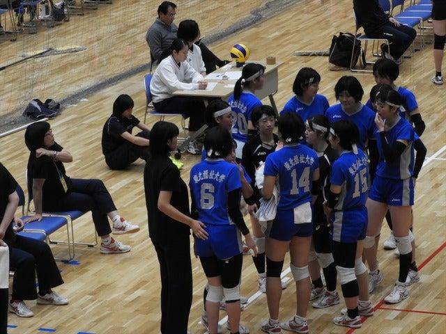 東北福祉大選手たち、左端は佐藤伊知子監督手束仁