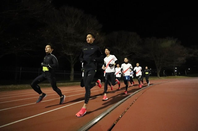 参加者とともに代々木公園陸上競技場を走る大迫傑(c)NIKE