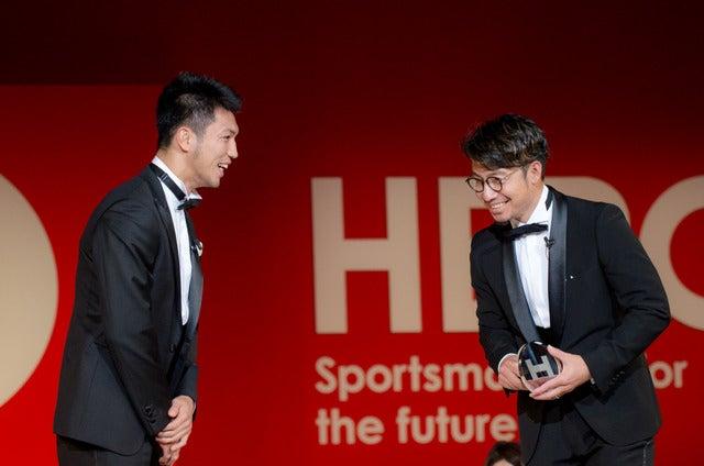 HEROs AWARD 2017でプレゼンターを務めた村田諒太(左)と受賞者の鳥谷敬(2017年12月11日)撮影:五味渕秀行