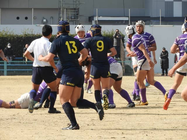 激しい中盤の攻防が展開された國學院栃木(紺)と東京(紫)の試合撮影:手束仁