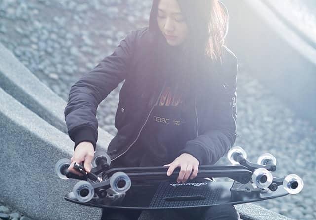 階段を降りられる8輪スケートボード「Stair-Rover」先行販売