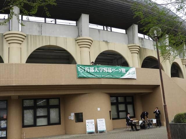 越谷市民球場外観とリーグ戦開催を告知する横断幕撮影:手束仁