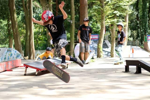 スケートボードスクールとキャンプ生活を体験する「スケートキャンプ」開催
