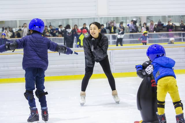 浅田真央、舞が小学生30人にスケートを直接指導「私も勇気と元気をもらった」