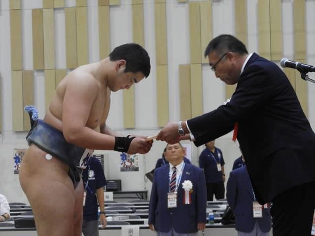 チョイジルスレン君(新名学園旭丘)準優勝の表彰を受ける撮影:手束仁
