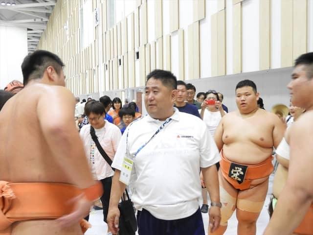 優勝をねぎらう埼玉栄・山田道紀監督撮影:手束仁