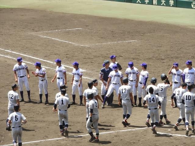 まさかの逆転負けに呆然と挨拶に並ぶ横浜選手たち撮影:手束仁