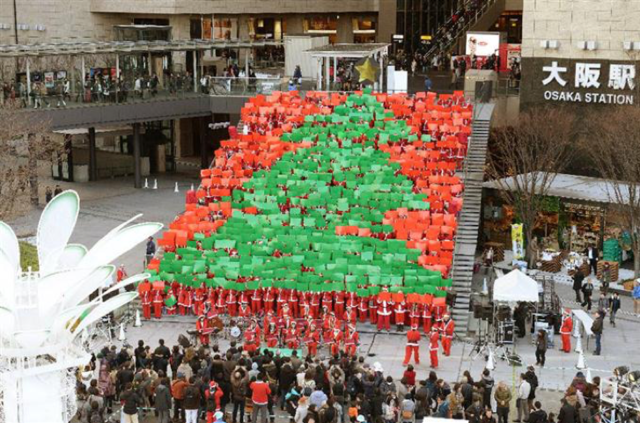 サンタ姿で歩くチャリティーイベント「東京グレートサンタラン」開催