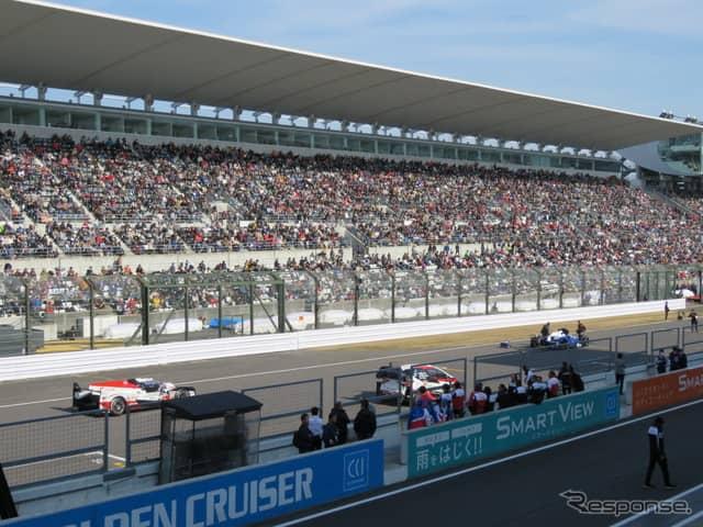 """大観衆の前にインディ500、WRC、ルマンの""""王車""""が勢揃い。《撮影 遠藤俊幸》"""