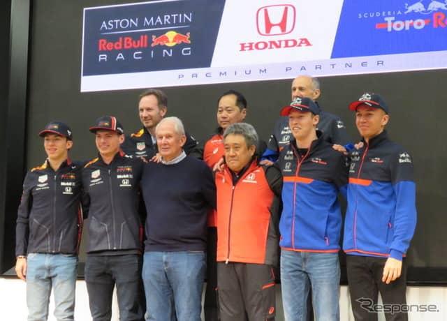 前列左からガスリー、フェルスタッペン、マルコ氏、山本氏、クビアト、アルボン。後列左からホーナー氏、田辺氏、トスト氏。《撮影 遠藤俊幸》