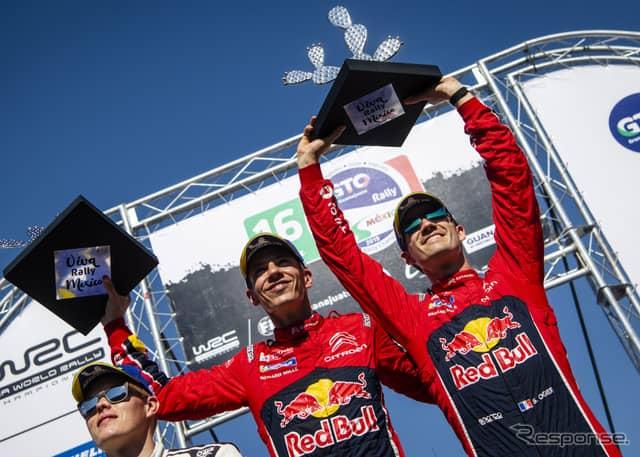 優勝したオジェ(右)と、彼のコ・ドライバーであるJ.イングラシア(中央)。左は2位のタナク。《写真提供 Red Bull》
