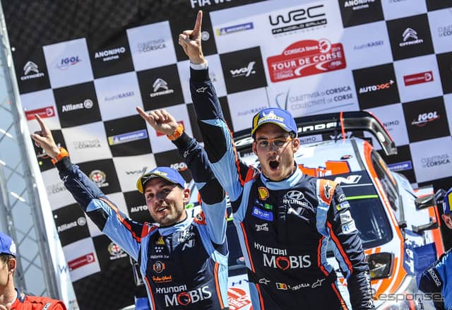 優勝したヌービル(右)と、彼のコ・ドライバーであるN.ジルソー(左)。《写真提供 Red Bull》