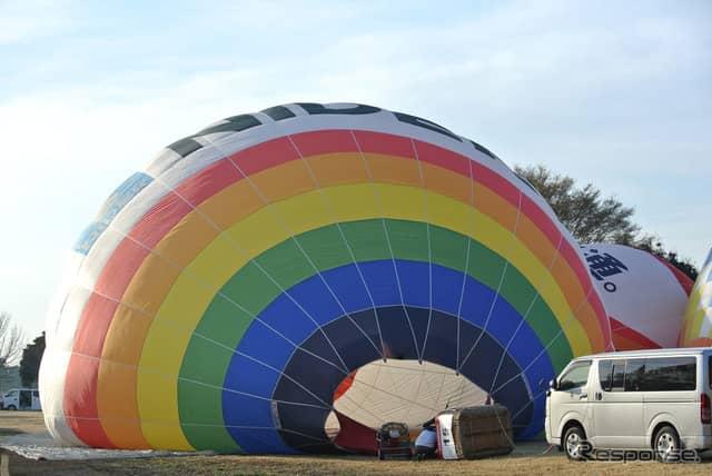 離陸OKの緑フラッグが上るや、各チームがバルーンの展張を開始。《撮影 井元康一郎》
