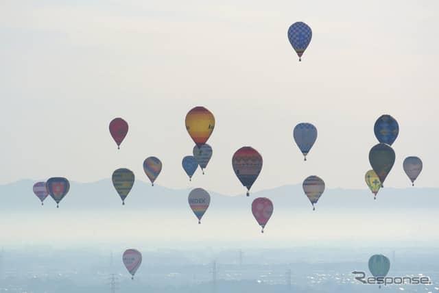風の良い日は自然と密集飛行に。空中衝突した場合は上のバルーンにペナルティが課される。《撮影 井元康一郎》