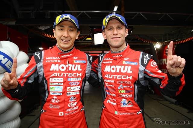 GT500クラスのポールを獲得した松田(左)とクインタレッリ。《撮影 益田和久》