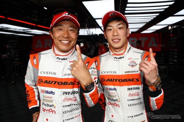 GT300クラスのポールを獲得した高木(左)と福住。《撮影 益田和久》
