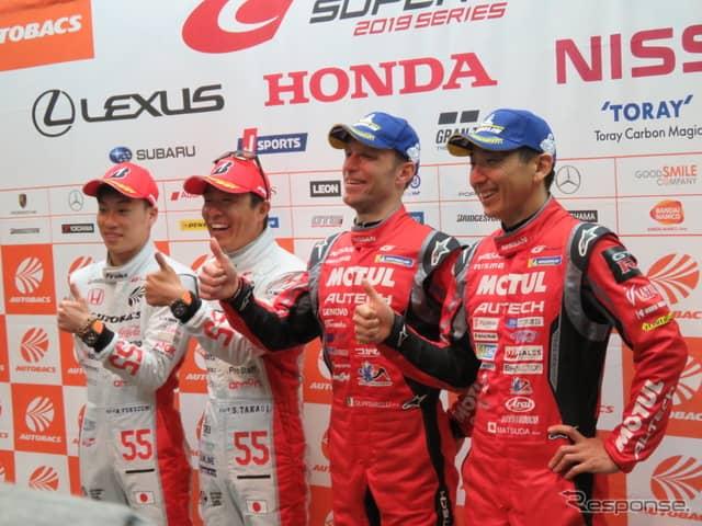 両クラスのポール獲得者たち。左からGT300の福住、高木、GT500のクインタレッリ、松田。《撮影 遠藤俊幸》