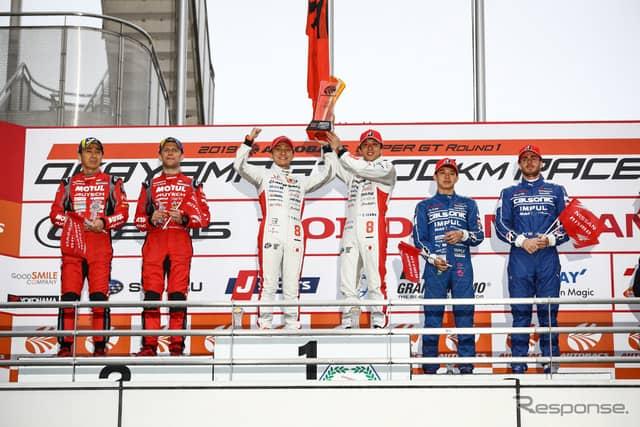 GT500クラスの表彰式。中央左が野尻、右が伊沢。《撮影 益田和久》