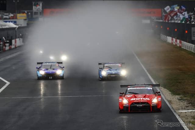 ポール発進の#23 GT-R(写真先頭)は決勝2位に。《撮影 益田和久》