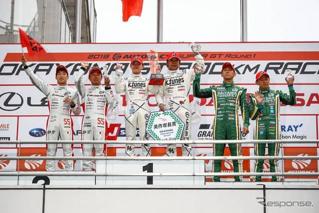 GT300クラスの表彰式。中央左が阪口、右が新田。《撮影 益田和久》