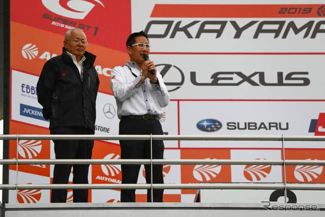 観客にレース打ち切り終了を告げる、GTAの坂東代表(左)と公式アナウンサーのピエール北川氏。《撮影 益田和久》