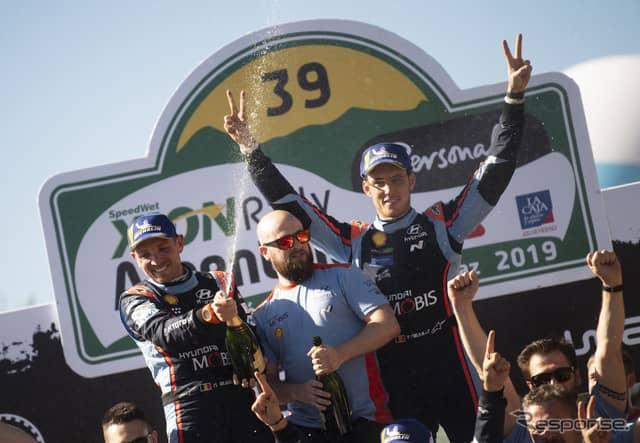 勝利を喜ぶぬヌービル(右)と、彼のコ・ドライバーであるN.ジルソー(ひとり挟んで左)。《写真提供 Red Bull》