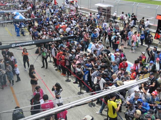 ピットウォークは大盛況。決勝日も多くの観衆が富士を訪れるだろう。《撮影 遠藤俊幸》