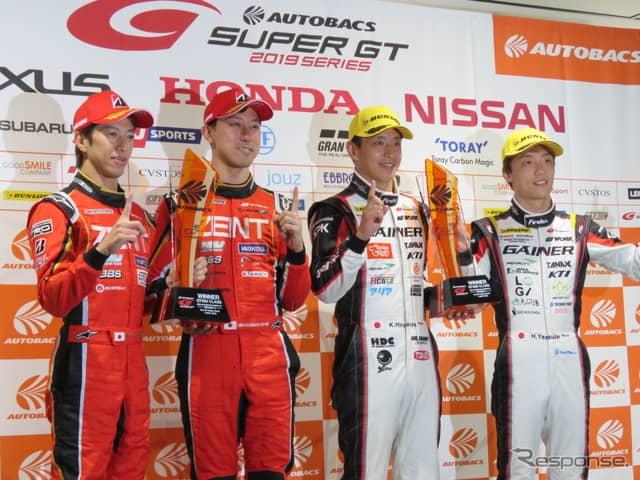 左からGT500優勝の立川、石浦、GT300優勝の平中、安田。《撮影 遠藤俊幸》