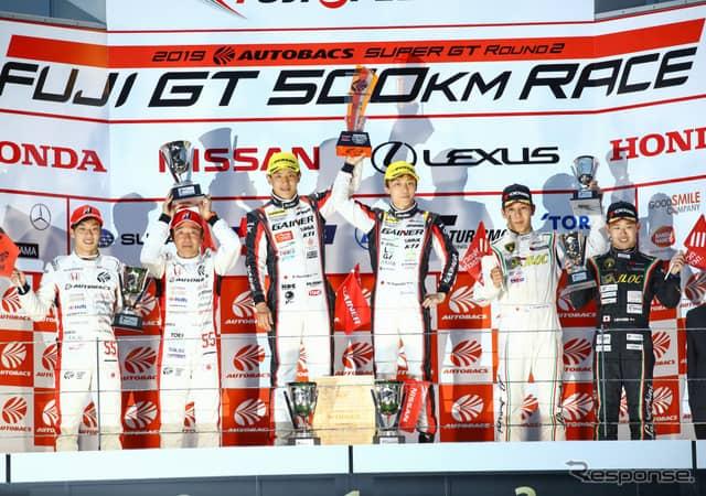 GT300クラスの表彰式。中央左が平中、右が安田。《撮影 益田和久》