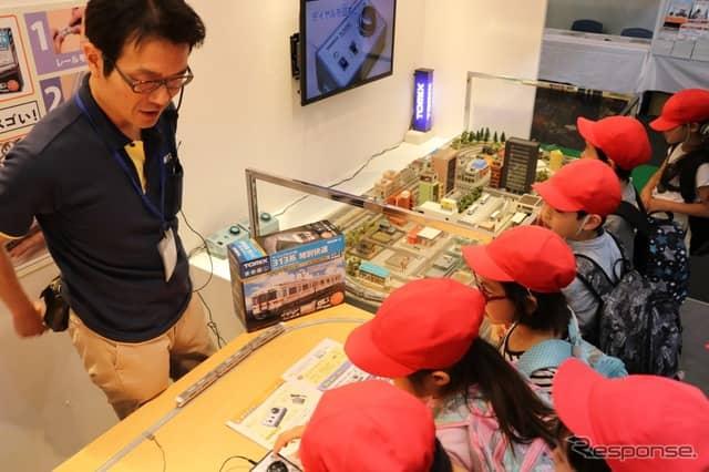 地元を走る電車の模型のミニチュアに興味津々の子供たち。《撮影 中込健太郎》