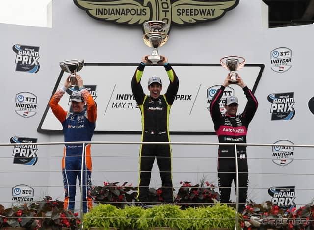 左から2位ディクソン、優勝パジェノー、3位ハーヴェイ。《写真提供 INDYCAR》