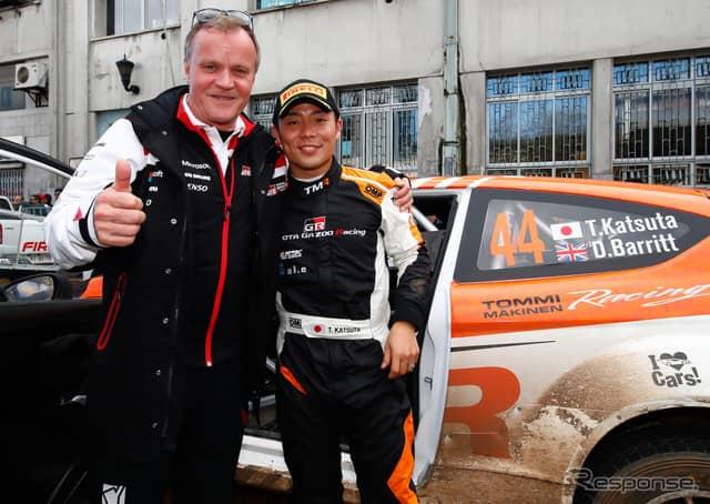 勝田を祝福するのはトヨタWRC陣営のトミ・マキネン代表。《写真提供 TOYOTA》