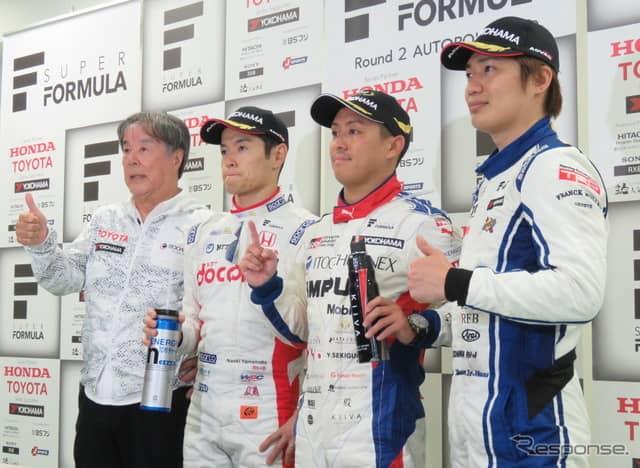 左から優勝の星野一義インパル監督、2位の山本、優勝の関口、3位の大嶋。《撮影 遠藤俊幸》
